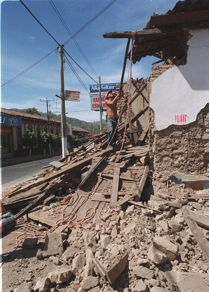 CASA UBICADA EN LA 2DA AVENIDA SUR Y 4 CALLE PONIENTE SANTA TECLA CASA CON MAS DE 150 ANOS DE ANTIGUEDAD DESTRUIDA POR TERREMOTO DEL 13 DE ENERO 2001 FOTO JUAN ARRIETA