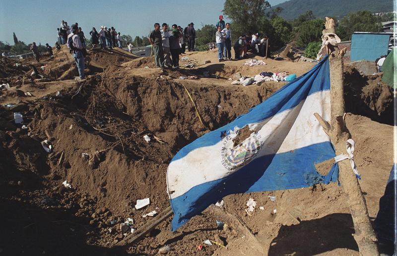 LA BANDERA DE EL SALVADOR LUCE ROTA Y DANADA AL IGUAL QUE EL PUEBLO SALVADORENO EN LAS COLINAS, SANTA TECLA. FOTO ALEX SANABRIA