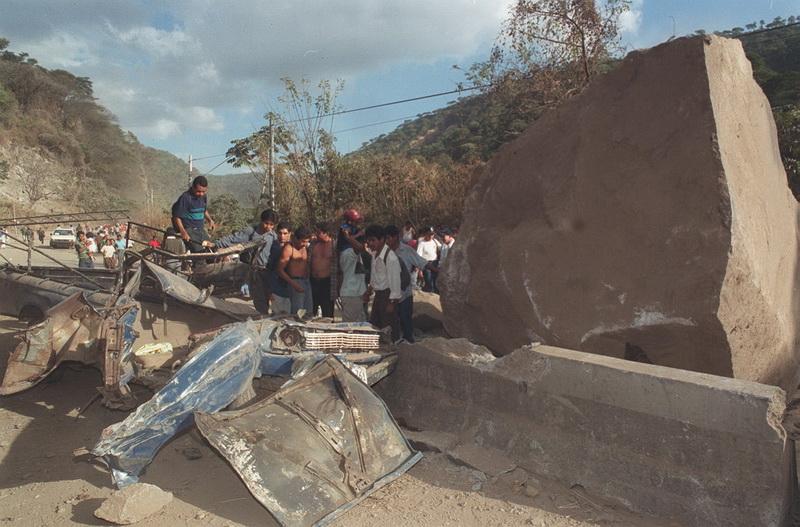 MUERTOS Y SOTERRADOS EN CARRETERA LOS CHORROS. FOTO HERBERT SARAVIA