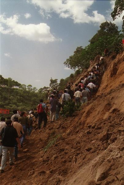 DERRUMBE DE CASA EN LOS CHORROS Y DESLAVES. FOTO HUBER ROSALES